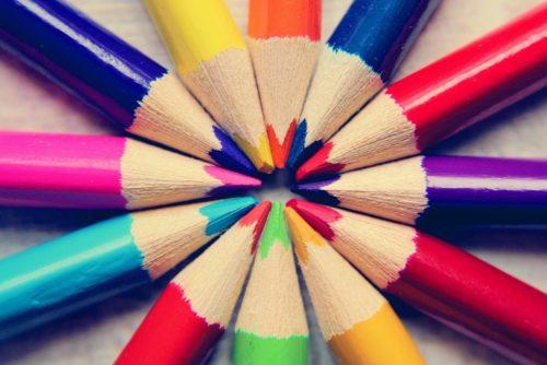 色鉛筆が円を描く