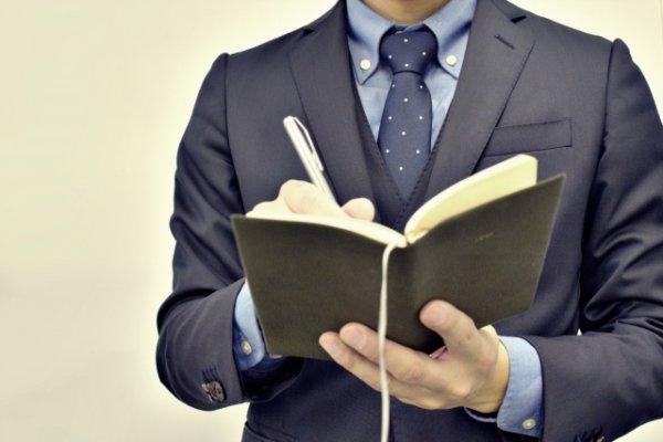 ビジネスマンと手帳