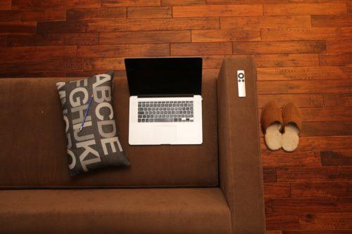 ソファーの上のパソコンと枕