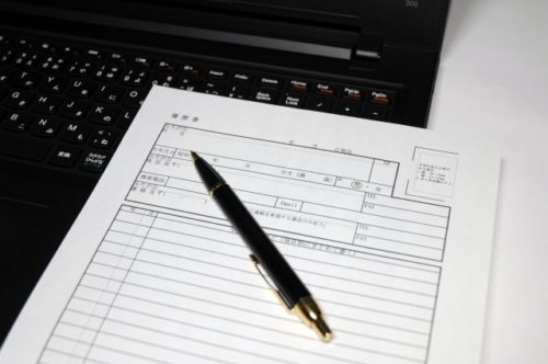 パソコンと履歴書とペン