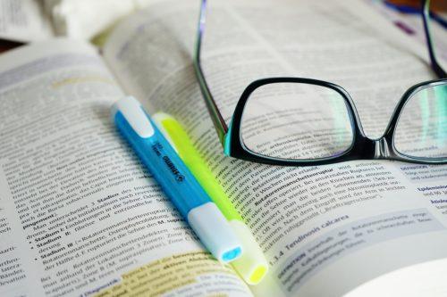 書籍と蛍光ペンと眼鏡と