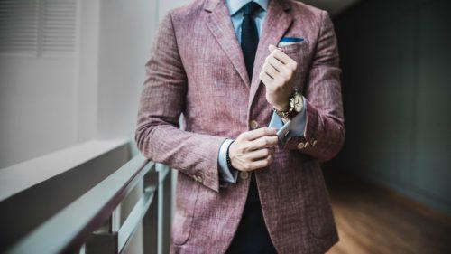 長春色のスーツを着こなす男性