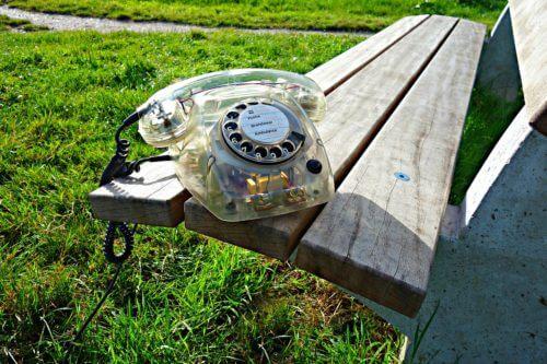 ベンチの上にダイヤル式電話