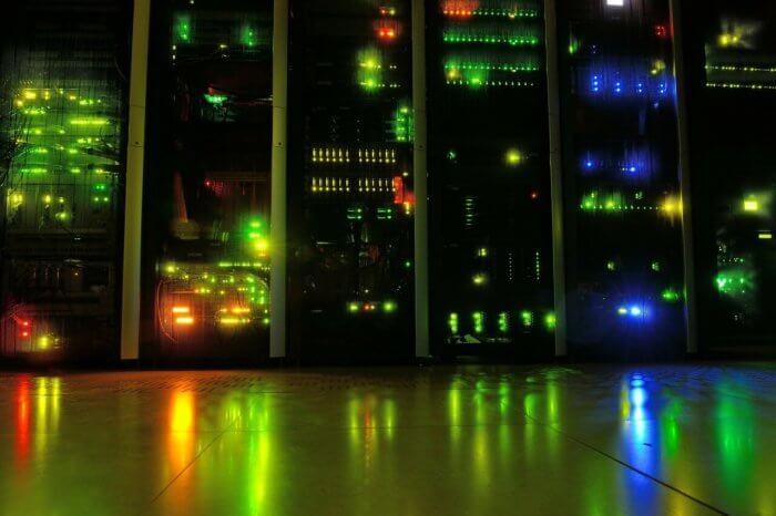 光り輝くサーバー室内
