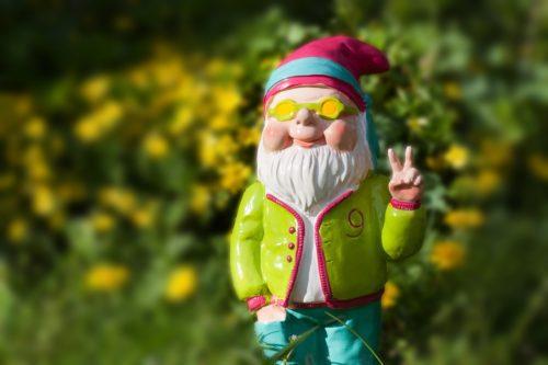 ピースする髭の長い人形