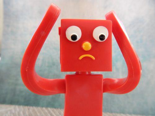 悩んでいる赤いロボット