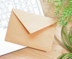 ノートパソコンの上に薄茶色の手紙