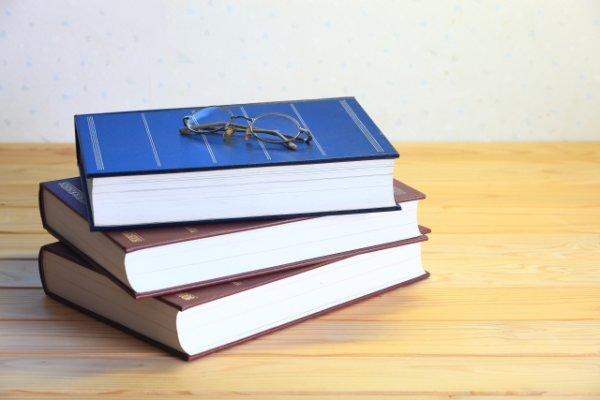 メガネと書籍3冊