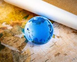 地図と青色の地球儀