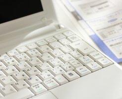 真っ白なパソコンと書類