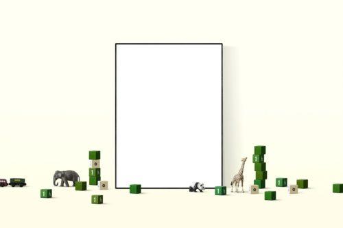 ゾウやキリンのフィギュアと額縁