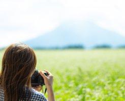 富士山の写真を撮る女子