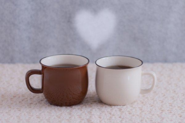 白と茶色のコーヒーカップ