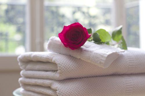 キレイな白いタオルと薔薇