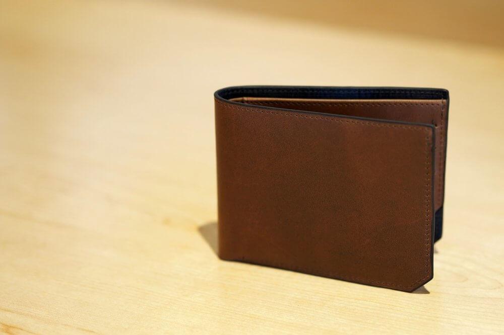 ディスクに立てかけられた財布