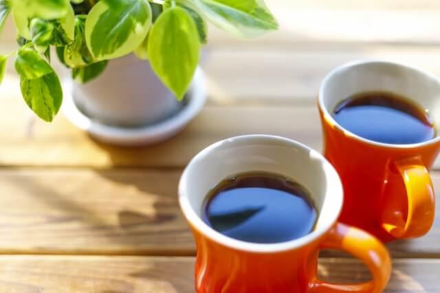 テラスにコーヒーカップ2個