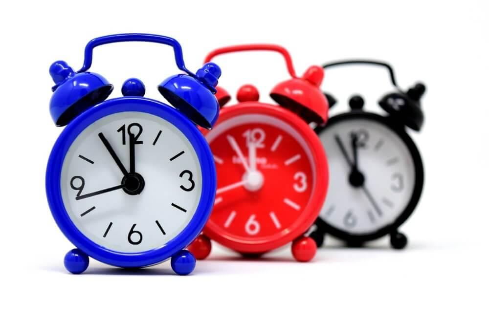 赤、青、黒の同じ時刻を指す時計