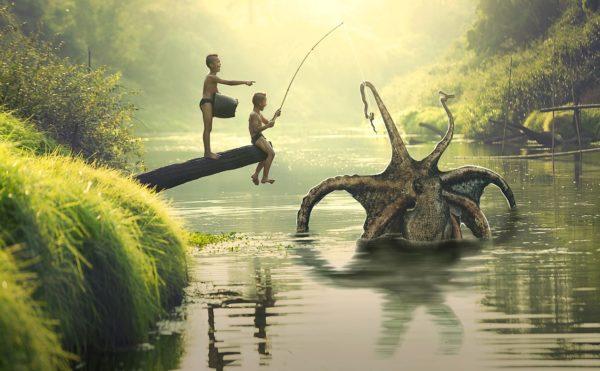 巨大なタコを釣り上げる少年