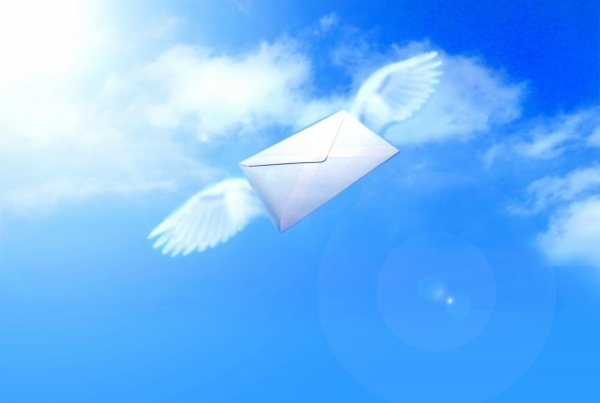 手紙に翼が生え空を舞う
