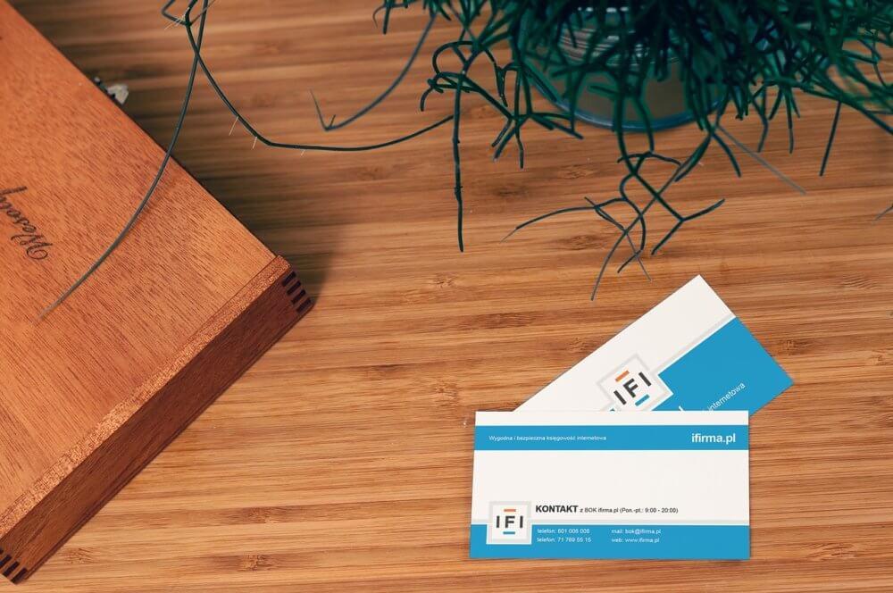 木材の机の上に2枚の名刺