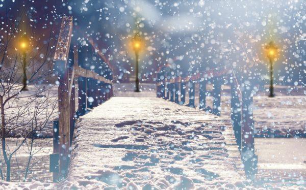大雪の中の電柱と橋