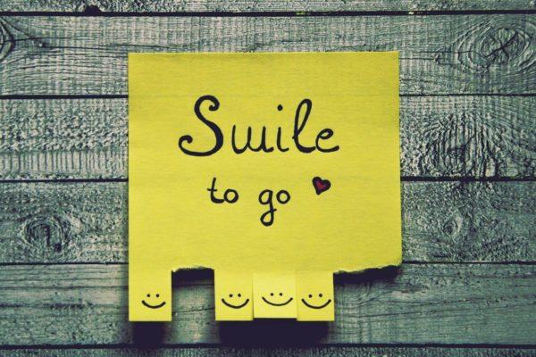 Smile to goと書かれた黄色い付箋