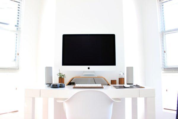 イスに座ってパソコンと向かい合う
