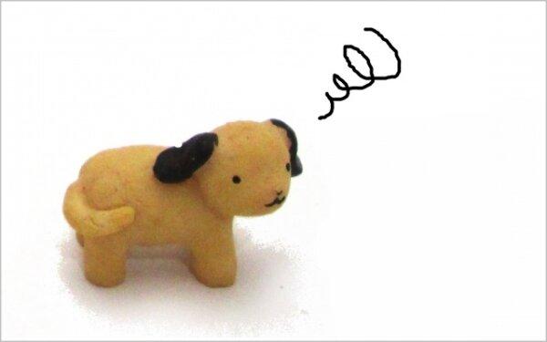 困っている人形の犬