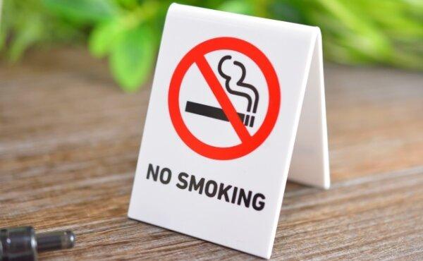 NO SMOKINGの札