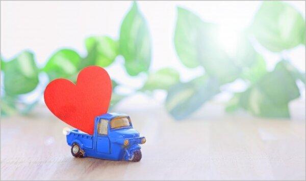 赤いハートを運ぶミニ軽トラック