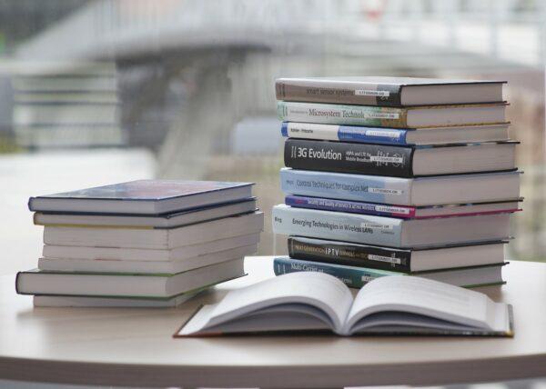 机の上に積まれた沢山の書籍