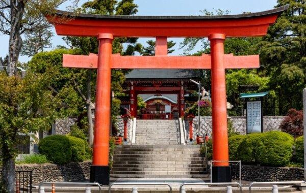 神社の大きな赤い鳥居