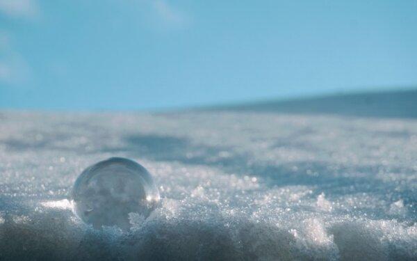 さらさらの雪の上の水晶玉